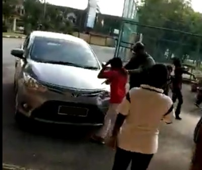 男性管理员拍打男童。