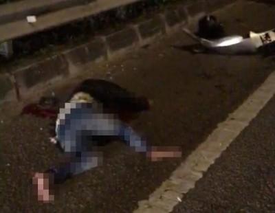 骑士被撞倒在地,血流不止。