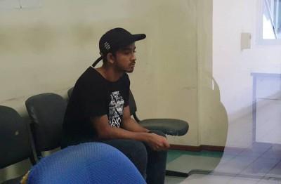 肇祸司机在等候室等待上庭,面无表情。