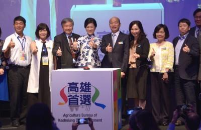 韩国瑜(左5起)携夫人李佳芬及高雄市府团队来马,以推销高雄。