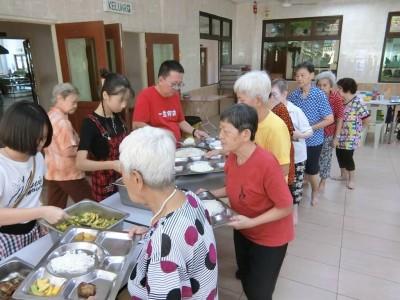 除夕之日,槟城佛学院乐龄之家50名长者获善心人士招待团圆饭。