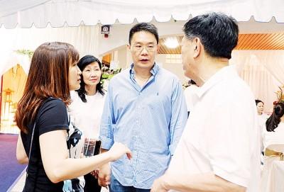 傅丽慧(左)与黄继樑(右2)慰问陈国平(右)与夫人李月起(左2)。