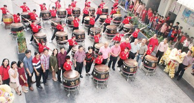 出席嘉宾与去年该校成立的廿四节令鼓合影,前排右起林国雄、郑有忆、黄绳福、郭镇发及右6校长陈素媚。
