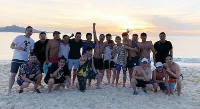 胜利前年在菲律宾开生日趴,开心与友人合照PO上IG。