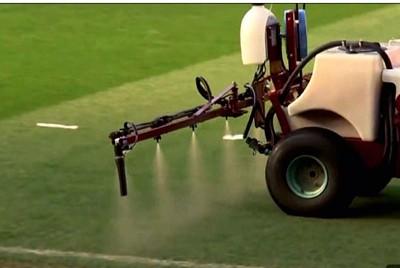 曼联在奥特拉福球场上喷洒了大蒜水。