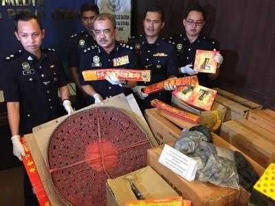 诺再尼(左2)与部队起获多达10万令吉的炮竹烟花,共有71箱。