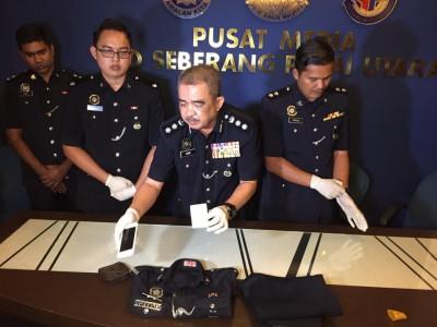 诺再尼(左2)展示男子犯案时穿的制服。