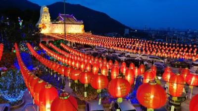 极乐寺美轮美奂的灯笼,春意盎然。