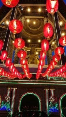 农历新年的晚间,极乐寺开放亮起全寺、万佛宝塔、大殿、观音圣像八角亭灯笼。