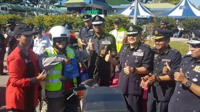 拿督纳仁(左3)啊农历新春安全行动主持推介礼,连使发礼品予骑士。