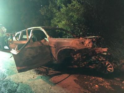 宝马猛撞大道分界栏后起火,车内司机与乘客惨遭烧死。