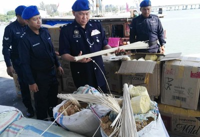 重达8吨的卷烟纸,已被水警全数充公。