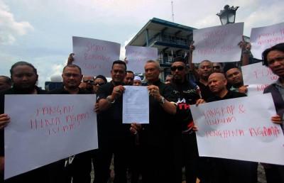 祖基菲里(前排左4)与成员等人报案后,向媒体出示各别手持案纸与写上抗议侮辱宗教的海报。