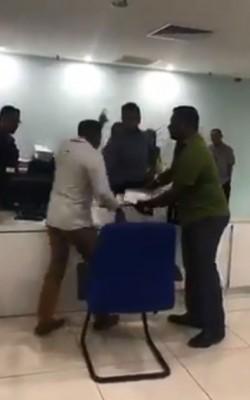一名男子不满柜台怠慢而发飙怒骂公务员的视频广传后引起关注。