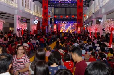 吉希盟朝当家后于双溪大年首处春节嘉年华,抓住近万口参加,场面人山人海。