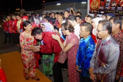 拿督斯里左姑英丹到时,中黄思敏行政议员等迎接。
