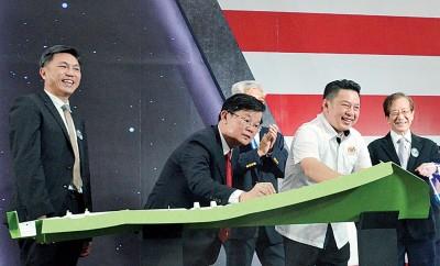 (左2起)曹观友及达雷尔为SAMEE新厂进行开幕仪式后签名留念,左为陈开河。