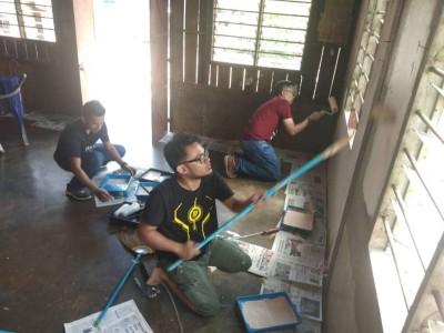 吉打州媒体俱乐部的记者们,拉李阿孩一家进行粉刷。