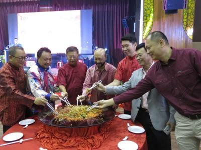 左起锺来福、州秘书拿督阿玛、陈国耀、慕克里、黄思敏、陈英强和庄俊隆一起捞生,庆祝新年。
