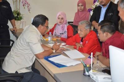 首相敦马在浮罗交怡国会选区服务中心亲自处理选区问题。