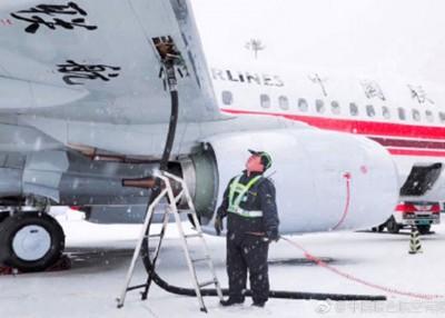 航站工作人员检查飞机。