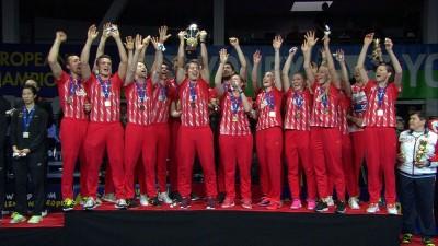 """丹麦队庆祝在欧洲羽球混合团体赛上演""""帽子戏法""""连续3届夺冠。"""