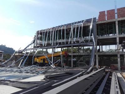建筑工地吊机吊臂击中建筑物,导致骨架坍塌酿成2死4重伤意外。