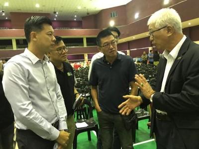 彭文宝向家具业者解说土地转换费的程序,左一为龚伟杰。