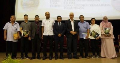 5家木业厂代表接领临时执照后,与彭文宝(右四)、大马半岛森林局副总监(营运) 莫哈末菲道斯、 总监(工业技术)占利及槟州森林局主任依斯哈(左三起)合影。
