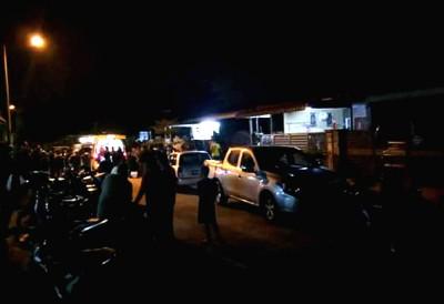 事件为吸引了一部分群众聚集住在区门外。
