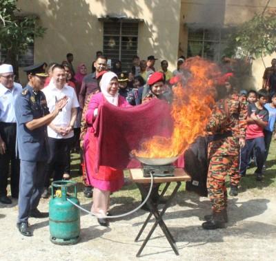 祖莱达亲自示范如何以湿毛巾扑灭厨房火势。