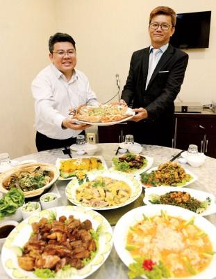 胡佑强(左)和经营伙伴一起呈现多元美食佳肴。