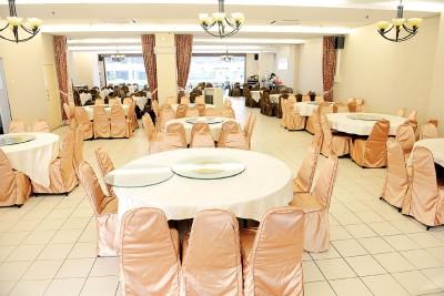 宽敞的餐厅共容纳30张大桌子,分4人、6人和10人桌,桌上附有手动转盘,适合一家人叫一大桌菜肴共享。