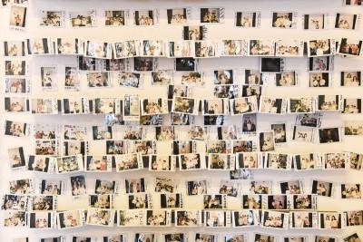 一张张拍立得相片,记录着每一位到访豆腐村的人,造就一个温馨小角落。