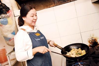 热爱下厨的Nicki,平日爱好便是研发新的客家小菜。暖心料理、正中客家美味,爽朗热情的她用精湛的手艺留住食客的心。