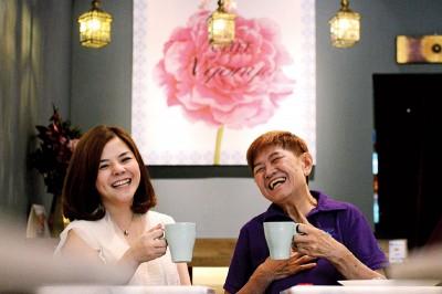 Chef Nyonya的负责人May(左)和厨师马玉华机缘巧合下成为生意伙伴,再次见证娘惹的女性魅力。