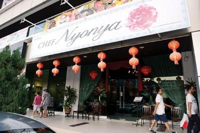 想品尝正宗娘惹餐,就到Vantage Tanjung Tokong找Chef Nyonya吧!营业时间为星期一至星期日11.30am-3pm、6pm-10pm,每逢星期三休息。