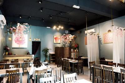 Chef Nyonya店内每个角落都是关于娘惹的记忆,哥峇雅、碗盏、花卉、水壶等,一并体验身处旧年前的娘惹文化环境里用餐。