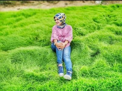 即叫巫裔女生禁不住坐于地毯草让友猎影。