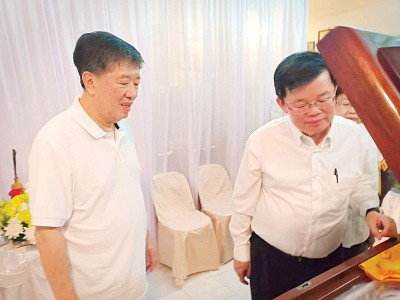 首长曹观友在丹斯里陈国平局绅的陪同下瞻仰拿督陈树桢遗灵。