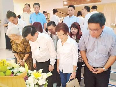 首长曹观友与夫人陈莲枝、章瑛行政议员及黄汉伟国会议员,带领槟州行动党进行拜祭。