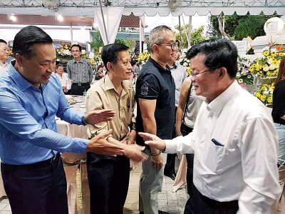 丹斯里黄荣盛与首长曹观友在陈府巧遇。