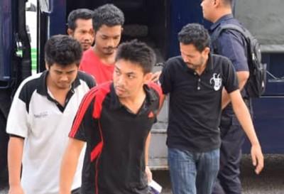 被告莫哈末纳兹米(右)俯首认罪,被判监禁3个月。