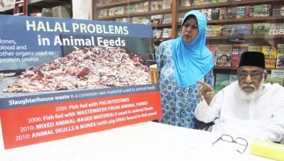 槟城消费人协会主席依里斯(右)向媒体发表谈话,左为该会研究员哈蒂查。