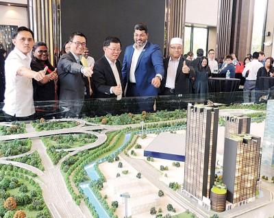 Aloft酒店模型,左起吴俊益、卡斯杜丽、陈智能、曹观友、慕力及罗扎里。