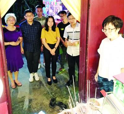 (倍受错误起)章瑛、林松荣、上丽丽、叶晓崧(继左1)同巫伟强以陈惜琴太夫人灵柩前致敬。