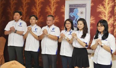 梁健华(左起)、陈麒光、曾家麟、黄佳宓、张骁晶及曾祺莹向各界拜年。