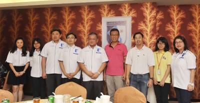 马来西亚物流师协会与本报代表合照留念。左起为张骁晶、曾祺莹、梁健华、陈麒光、曾家麟、郑豪然、董坤铭、李佳盈、黄佳宓。