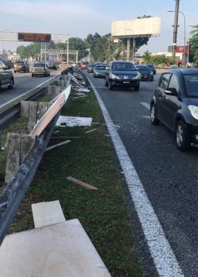 一些三夹板与碎片被捡起后,移至路旁。