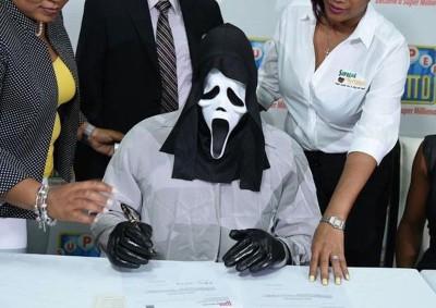 牙买加一男子戴着杀人魔面具去领奖。